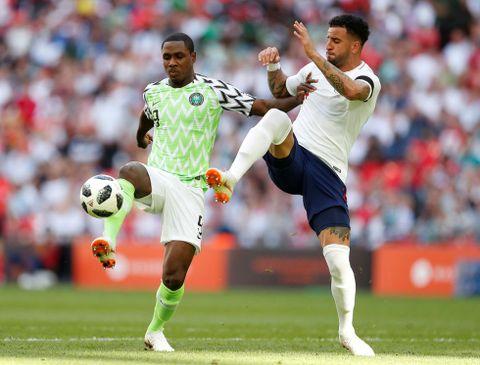 Odion Ighalo, her i duell med Englands Kyle Walker.