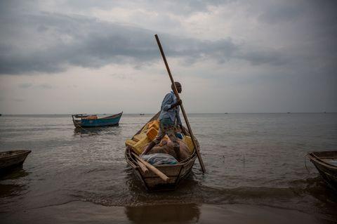 ALBERTSJØEN: Flyktningene krysser Albertsjøen i overfylte kanoer eller enkle fiskebåter. Det har vært rapportert opp til 250 mennesker i enkelte av båtene.