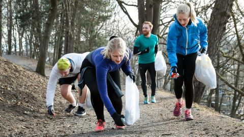 Even Renden, Lea Tallerud, Martin McCarthy og Anna Tallerud er på ploggetur på St. Hanshaugen i Oslo. Anna Tallerud har drevet med plogging siden i vinter. De tre vennene hennes prøver plogging for første gang.
