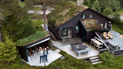 Hytta på Sageneset i Sirdal er berre 43 kvadrat. Det er stort sett heilt passeleg, meiner Solveig Margrethe og Erlend.