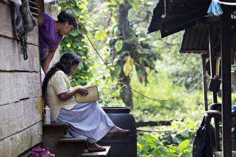 DEN HELLIGE SKRIFT: Monica Garcia (72) leser litt i Bibelen hver dag. De fleste innbyggerne i Chenapou tilhører en av landsbyens tre kristne menigheter.