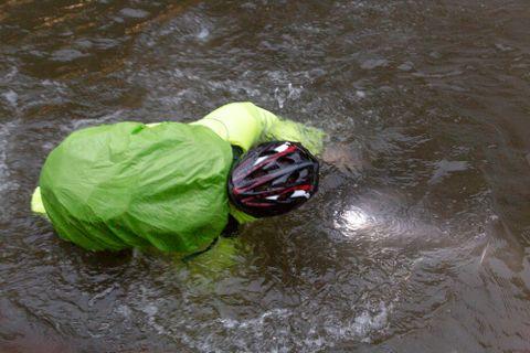 UNDERVANNSSYKLING: En ualminnelig våt sykkeltur på Danmarks plass i Bergen.
