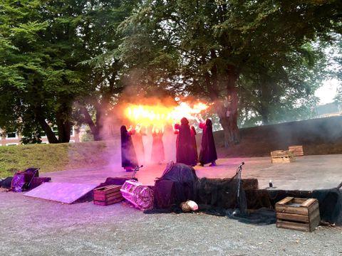 «HEKSERINGEN»: «Hekseringen» er en forestilling som vises ute på Bergenhus festning.