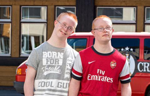 JA TIL LIVET: Filip og Christoffer Lauritzen har hengt tett sammen siden fødselen. Nå er tvillingene russ.