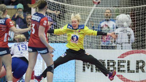SEIER: Katrine Lunde stengte buret da det gjaldt som mest i kampen mot Russland. Norge er dermed ubeseiret i årets Møbelringen Cup.