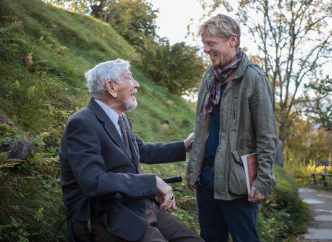 FAR OG SON: Her møter Nikolai Astrup skodespelar Thure Lindhardt, som spelar far hans i filmen.