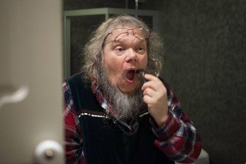1814-MOTEN: Før operasjonen må Fridtjov Urdal ta barten barten og midtre del av skjegget. Etterpå ser han ut som ein Eidsvoll-mann, synest han. - Eg tek det som ein del av Grunnlovsjubileet.