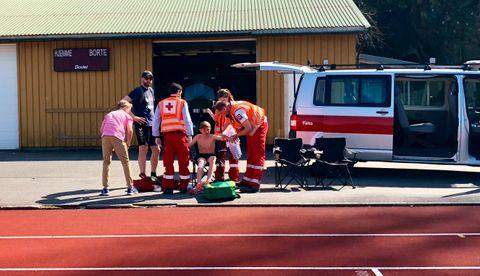 SKRUBBSÅR: – Jeg snublet i noen føtter, forteller Andreas Emil (12). Han måtte få plastret skrubbsårene sine hos Røde Kors. – Det går fint nå, legger han til.