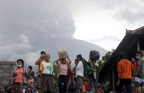 EVAKUERER: Beboere ved vulkanen Agung tok søndag med seg sine eiendeler og forlot området.