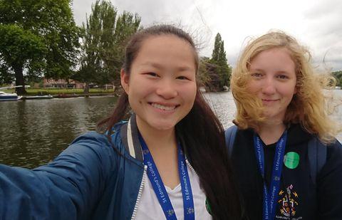 FIKK VENNER: Emilie og Eva Camilla ble venner på språkskolen i England.