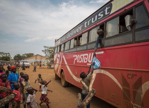 SER SØNNEN: Bura kommer med bussen til mottakssenteret og ser tre av barna sine komme løpende for å ta ham imot. Han rekker plastposen med de eneste tingene han tok med seg på flukten til en av sønnene sine.