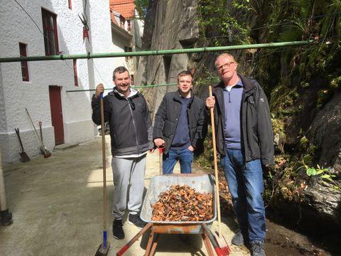 PRESSEDUGNAD: Geir Jetmundsen (til v.), Adrian Nyhammer Olsen og Per Lindberg er journalister. Her på dugnad i borettslaget.