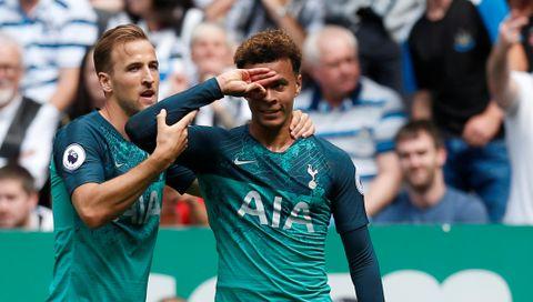 TOTTENHAM: Fotballspilleren Dele Alli viste frem fingerkunstene sine for første gang da han scoret mot Newcastle 11. august. Her sammen med medspillerne sin, Harry Kane.