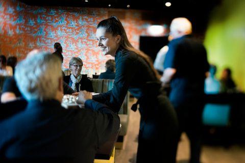 ROSENKRANTZ: En av de to topplasseringene går til Thon Hotel Rosenkrantz. Servitør Edyta Kusmierska serverer smaksprøver av chèvre fra Myrdal med valnøtter og honning til frokostgjestene.