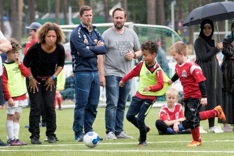 FULL FART: Turneringas siste kamp for Askøy FK T-REX B blei både målrik og spennande. Her kjempar Sebastian Fowles med Tobias Tinkler frå Ørnardriblarane om ballen. På sidelinja står Kathryn Fowles, Dagfinn Edvardsen og Geir Bruun.