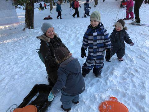 DÅPSGAVE: Ingrid koser seg i snøen med Alfred (4 1/2), Eivor og Hjalmar (2). Alle tre fikk medlemskap i Barnas Turlag i dåpsgave.