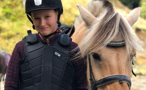 RIR OFTE: Helle (13) rir flere dager i uken på hest.