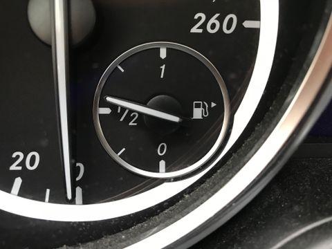 NYTTIG: Har du lagt merke til pilen ved siden av symbolet av bensintanken i dashbordet?