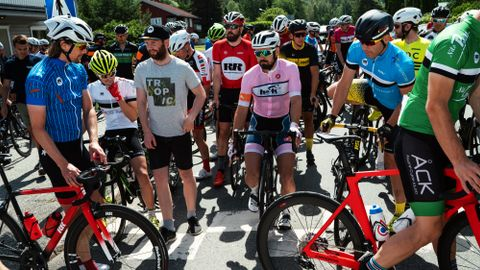 Håpefulle ryttere samler seg før starten på siste etappe av tredagersrittet Rojan Rundfahrt.