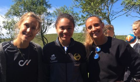 FLERE STJERNER: Også Marit Malm Frafjord var med på håndballskolen. Sarah (13) synes det var kjekt å møte håndballstjernene.