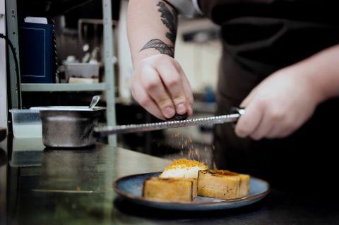 DESSERT: På Staup får du brødpudding med honningiskrem til dessert. På toppen er det revet eggeplomme.