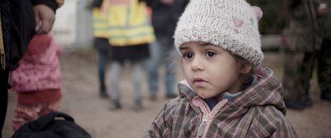 Lean Kango var tre år da familien flyktet fra bombene i Damaskus. Flukten ble filmet, hele tiden sett fra Leans ståsted.