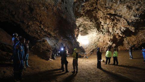 LETER I GROTTE: Marinejegere og redningsmannskaper leter desperat etter tolv gutter i alderen 11 til 15 år og den 25 år gamle fotballtreneren deres, som er savnet på tredje døgnet etter å ha tatt seg ned i en dyp og oversvømt grotte nord i Thailand.