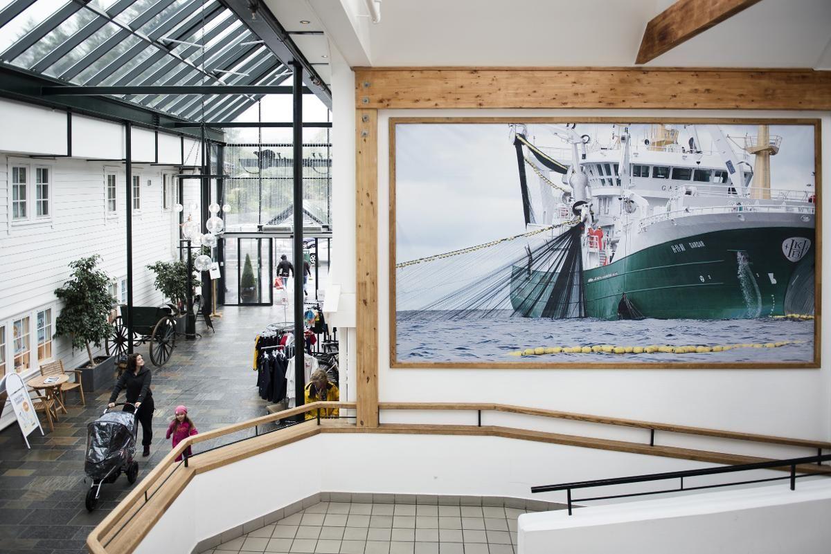HAVETS SØLV: På Bekkjarvik Torg skinner det gjennom hvor pengene som legges igjen ofte kommer fra. Store deler av senteret er viet historiske klenodier og bilder fra den stolte fiskerihistorien.