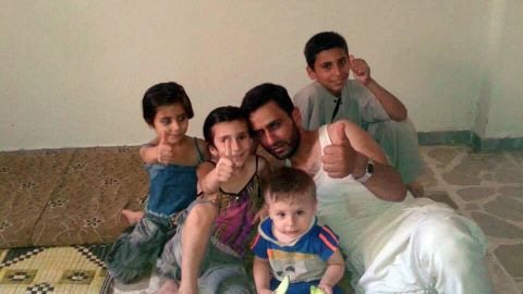SØSKEN OG FAR: Bakerst til høyre sitter Mustafa. Nå er det bare han igjen. Alaa (6), Khadijh (8), Abdulrahman (2) og pappa Anas (40) er alle døde. Borte er også mamma Fatima og storesøster Shahed (14).