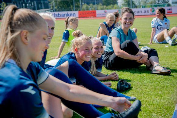 1d705357 Jenni Heng Walaunet (17), Oda Bergjord (19), Nora Heggheim (17), Sofie  Haaland (18) og de andre Viking-jentene fikk besøk av Kari Nessa Nordtun på  trening.