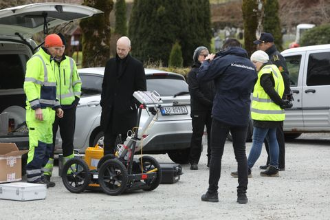 f0ebead0 PÅ PLASS: Politiet og etterforskningsteamet var på plass ved på Øvsttun  kirkegård ved 09.00-tiden tirsdag.
