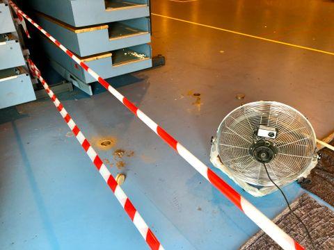TØRKEARBEID: Fagfolk sjekker hvor fuktig gulvet er ved å skjære i det.