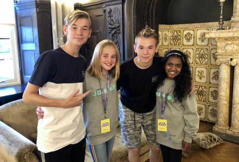 I BERGEN: Etter konserten lørdag 11. august, intervjuet juniorreporterne Synnøve og Mangai tvillingene.