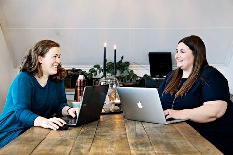 En god investering, mener Linn Hoff Holstad (t.v.) om de månedene hun har jobbet gratis for Astrid Valen-Utviks rådgivingsfirma. Etter å ha fått gradvis flere oppgaver og større ansvar, har hun gått over i en lønnet traineestilling.