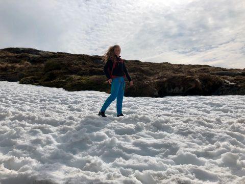 PÅ SNØEN: Selma Brattabø går på Dale barne- og ungdomsskule. –Vi kom med tog i dag tidlig. Jeg blir litt trøtt av å kjøre tog, så det var lite motiverende å gå på tur etter det, forteller hun.