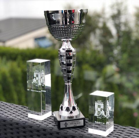NM: Glasspokalene er fra årets sjakk-NM, mens den store er fra klubbsjakk-NM i Alta.