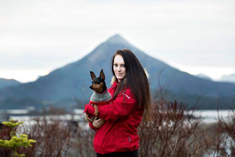 GOD VENN: Malin Vik og hunden Luna er ofte på tur her oppe, hvor de kan se fjellene og trekke inn frisk luft. Hunden har blitt Malins store trøst etter at hun mistet Leander.