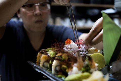 FORNØYD: Take Sushi på Galleriet har et stort utvalg av retter, og anmelderen mener kvaliteten er i en liga for seg tatt i betraktning at det er billig-sushi og take away. FOTO: ODD MEHUS