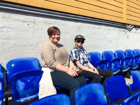 VARMT: Lærer Ingrid Søvik og Daniel (12) måtte ta av seg jakkene i solen. – Det er skikkelig varmt! understreker Daniel.
