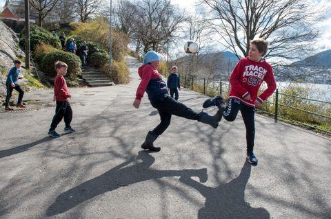 UTEVÆR: Det er meldt mye fint vært i vinterferien, og temperaturer opp mot ti grader. . Andreas Osmundsvaag Tofte (11), Jo Osmundsvaag Tofte (8), Vlad Træen (10), Jakob Grov (6), og Daniel Grov (10) spiller fotball i Nordåsparken i påsken i fjor.