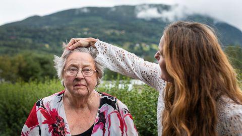 Vesla Hoftun (82) begynner å dra på årene, og hun trenger stadig mer hjelp av datteren Guro (49).