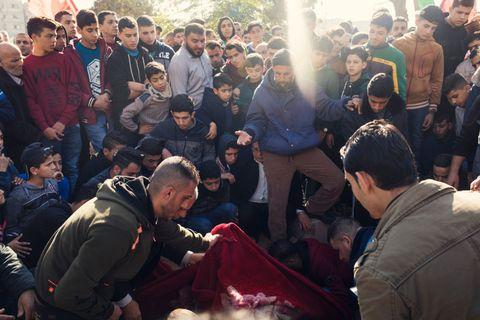 SISTE HVILE: 12 år gamle Nasser al-Mosabeh og 45 år gamle Amal al-Taramsi er to av ofrene fra demonstrasjonene på Gaza det siste året. Nærmere hundre mennesker møtte opp for å ta farvel med al-Taramsi.