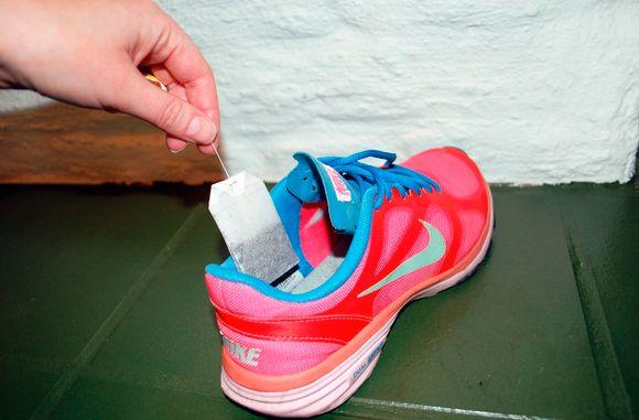 7a93f3e9 TEPOSE I SKOEN: For å unngå vond lukt, legg en tepose i skoene før du  pakker dem.