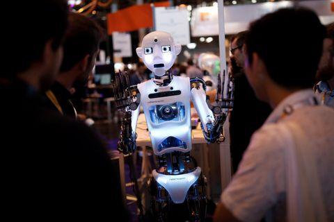 Roboten Robothespian, her stilt ut på en teknologimesse i Paris i 2017, er utstyrt med britisk humor.
