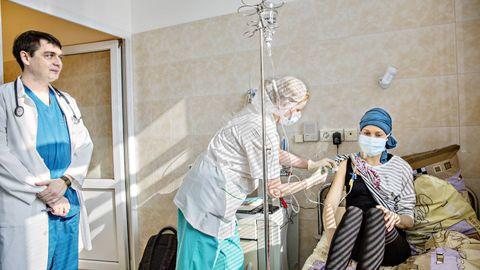 I RUSSLAND: Her får Silja Gaupseth Rykhus sin medisinering på National Pirogov Medical Surgical Center i Moskva. Hematolog Denis Fedorenko (t.v.) står bak behandlingen. Han gir henne 85-90 prosent sjanse til å bli helt frisk.