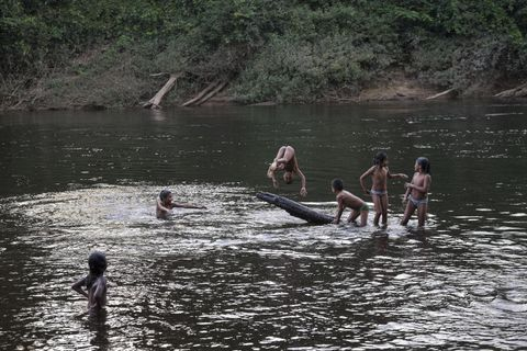 POPULÆR BADEPLASS: Guyana er et land med mange elver. Landets første store vannkraftverk skal bygges i et område som landsbyfolk i Chenapou sier de bruker til jakt og fiske.