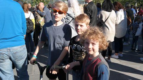 LØPEHJUL: Wilhelm (10), Viktor (8) og Fredrik (6) kom med bussen til konserten på Festplassen. – Vi tok med løperhjul slik at vi skulle komme oss kjappere rundt i byen, forklarer Wilhelm. De gleder seg til å se alle artistene.