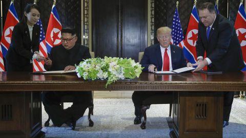 SIGNERER: Donald Trump og Kim Jong-un undertegnet at dokument under en seremoni under toppmøtet i Singapore tirsdag.