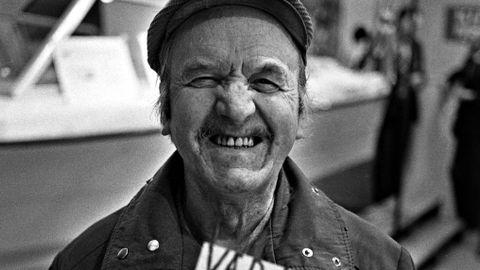 SUPERSELGER: I april 1978 hadde Knut Johannesen solgt lodd for Røde Kors og Redningsselskapet i Bergen i mer enn 30 år. Han ble bare kalt for «superloddselgeren». Han solgte lodd på rim: «Vær klok – kjøp en bok!» Far til forfatteren Georg Johannesen var han også.