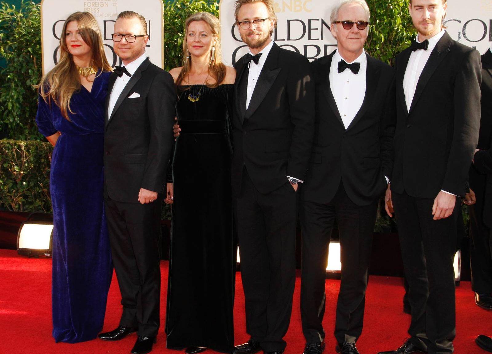 f4b19643 «Kon-Tiki»-gjengen på den røde løperen før Golden Globe-utdelingen: Fra  venstre regissør Espen Sandberg med kone, regissør Joachim Rønning med  kone, ...